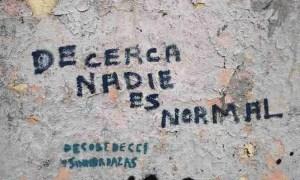 De cerca nadie es normal