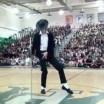 Aluno da show ao imitar Michael Jackson durante show de talentos em escola americana
