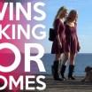 Gêmeas lindas convidam pessoas nas ruas para sexo a três (legendado)