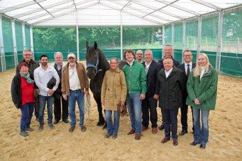Sie machten völlig neue Erfahrungen: Mitglieder der VDW mit Karin Krebs (roter Pullover), Gerhard Krebs (mit Kappe) und Petra Derenbach (neben Pferd). Rechts daneben VDW-Vorsitzender Alexander Hassenpflug. Foto: nh