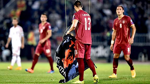 Hu_141014_Deportes_UEFA_Dron_Interrumpe_Albania_Serbia
