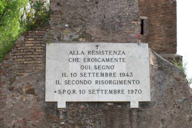 Targa apposta dal comune di Roma sulle Mura Aureliane a Porta San Paolo