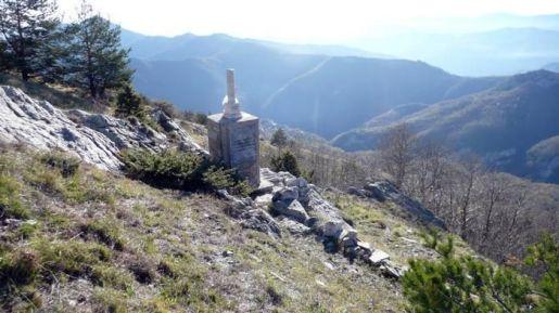 Cippo che ricorda Felice Cascione nel luogo della sua morte al Santuario della Madonna del Lago, nel comune di Alto (CN)
