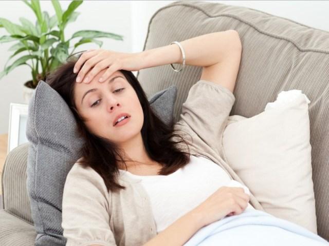 badan yang lemas juga menjadi hal yag sering dirasakan oleh para perempuan ketika mereka sedang datang bulan. bahkan ada juga yang sampai tidak bisa beranjak dari tempat tidur lho. gambar via: www.bhinneka.com