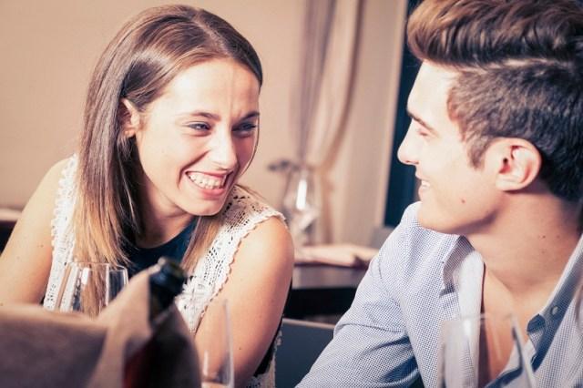Cara termudah buat wanita jatuh cinta, buat mereka tertawa. Gambar via: www.returnofkings.com