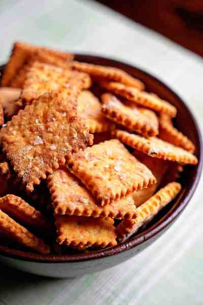 Jalapeño-and-Cheddar-Cheese-Crackers-with-Smoked-Sea-Salt1