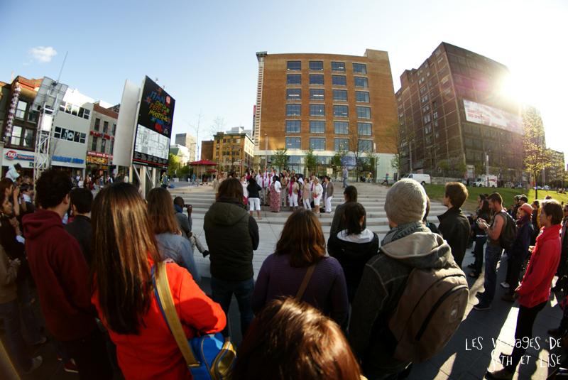 blog pvt canada voyage canada montreal voyage tour du monde fete artiste gospel chorale crowd fisheye public audience