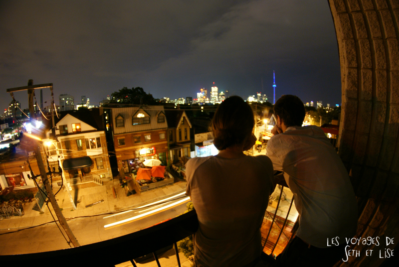 blog pvt whv canada toronto travel voyage kensigton chinatown couple nuit night balcon balcony