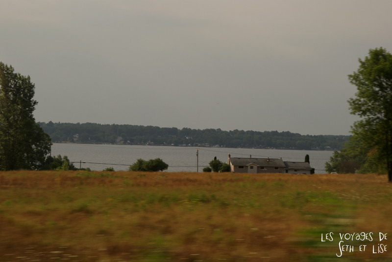 blog pvt canada toronto couple whv voyage photos tour du monde rail train lac ontario paysage ferme