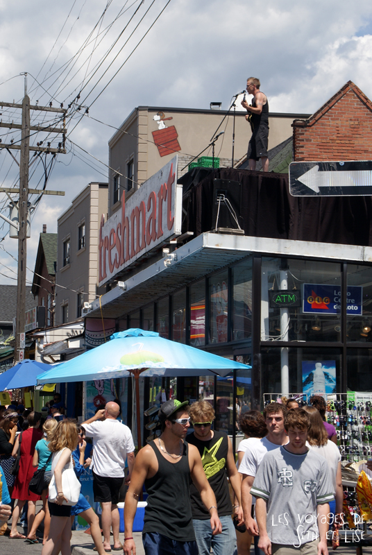 blog voyage canada pvt toronto kensington pedestrian market hippie chill concert roof supermarket singer guitar