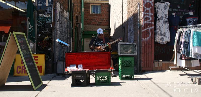 blog voyage canada pvt toronto kensington pedestrian market hippie chill guitar singer chanteur concert