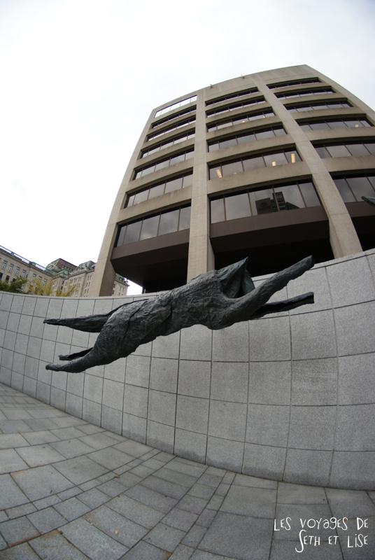 blog photographie canada pvt pvtiste voyage couple tour du monde quebec city ville sculpture chien loup