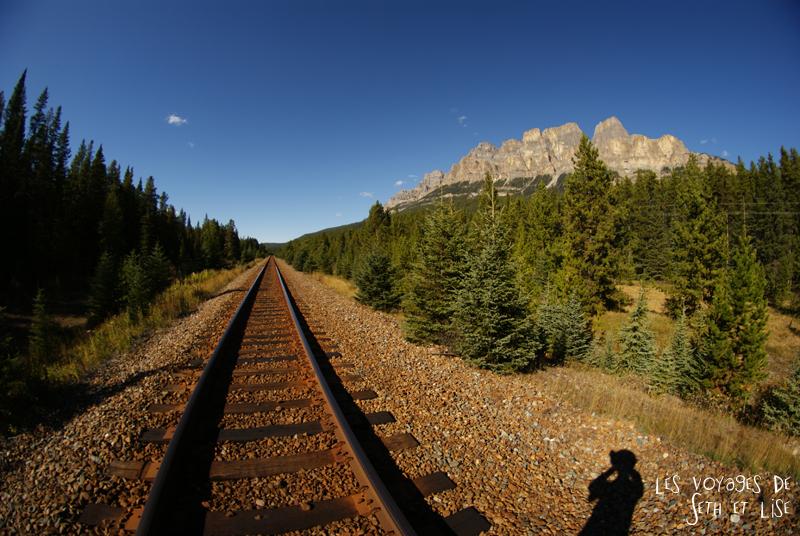 blog photogaphie pvt pvtiste canada alberta rocheuses montagne couple voyage tour du monde paysage nature lac lake rail train track