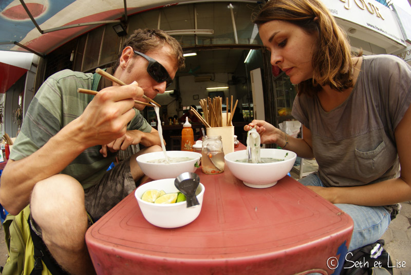 hanoi-couple-eat-pho.jpg