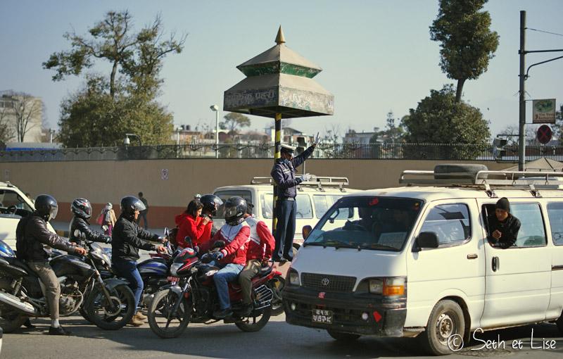 blog voyage tour du monde nepal katmandou traffic police