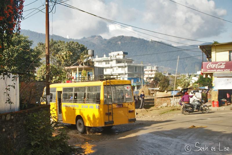 Un bus scolaire emmène les kids sur les bancs de l'école.
