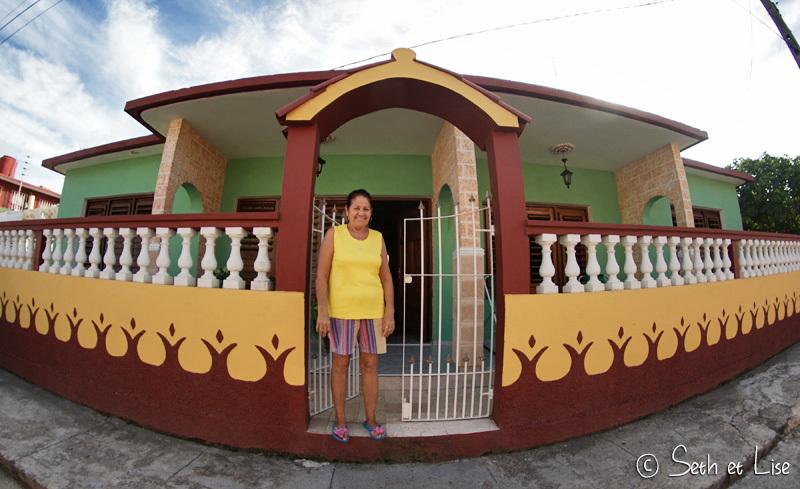 Roselia devant sa maison toute pimpante!