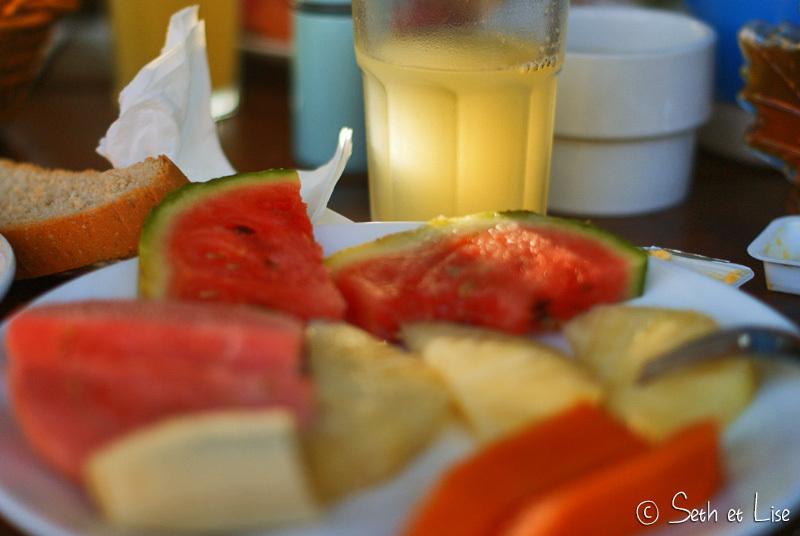 Fruits à volonté, œufs au plats, tartines de miel, jus de fruits frais