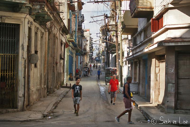 À Cuba pour s'en sortir, tous les moyens sont bons. Boutique improvisée sur un trottoir.