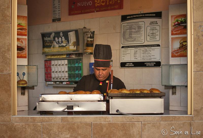 Youhou! Chef Nivaldo aux commandes! Fait chauffer! Y'a du burger sur les fourneaux!