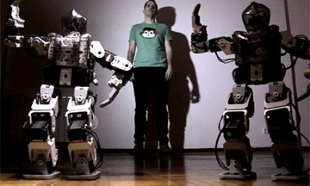 Espaldamaceta, elèctric i envoltat de robots
