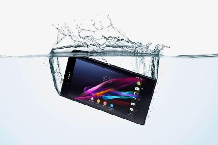 Phablet Sony Xperia Z Ultra mergulhado em água. O aparelho resiste até 1 metro e 30 minutos submerso.
