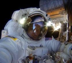 Astronauta ajusta câmera GoPro antes da missão /  Reprodução: NASA