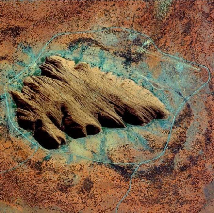 Uluru/Ayers Rock, Território do Norte, Austrália, 17 de julho de 2015. (Daily Overview)