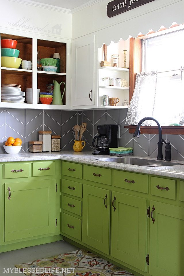 http://i2.wp.com/www.shrimpsaladcircus.com/wp-content/uploads/2016/05/Faux-Herringbone-Tile-DIY-Kitchen-Backsplash-Ideas-My-Blessed-Life.jpg?fit=640%2C960
