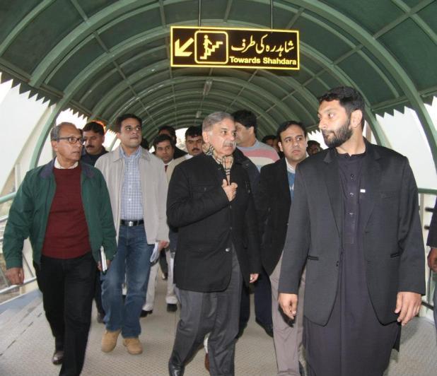 Metro-Bus-System-Lahore-Shahbaz-Sharif-on-Plateform