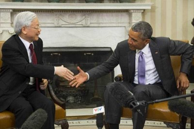 US President Barack Obama and Vietnamese General Secretary Nguyen Phu Trong shake hands during a meeting in the Oval Office of the White House in Washington, DC, 7 July 2015. (Photo: AAP)