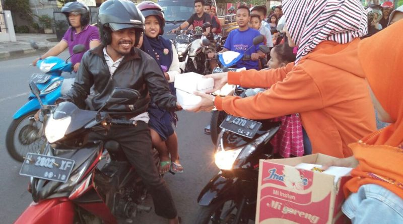Remas PC LDII Krian Bagi Takjil Jelang Lebaran