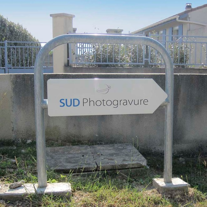 Panneau directionnel sur barrière
