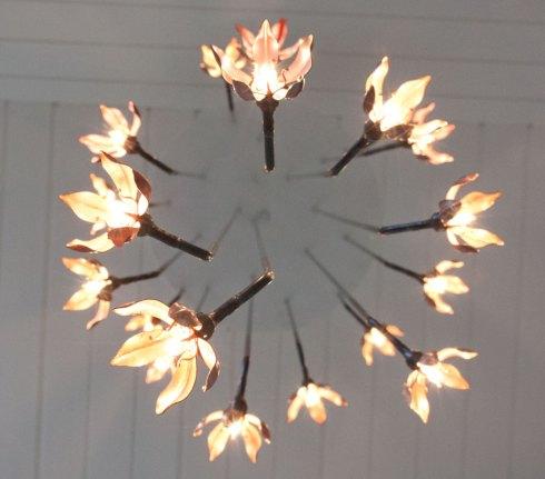 Ljuskrona med kopparblommor. Design och smide av Silas Metallkonst i Uppsala