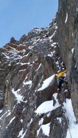 Simon Gietl im steilem Fels nach dem 2. Schneefeld der Route Hakuna Matata