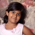 Viaje fotográfico a la India: visitando el Mausoleo de Akbar una niña se ofrece como modelo