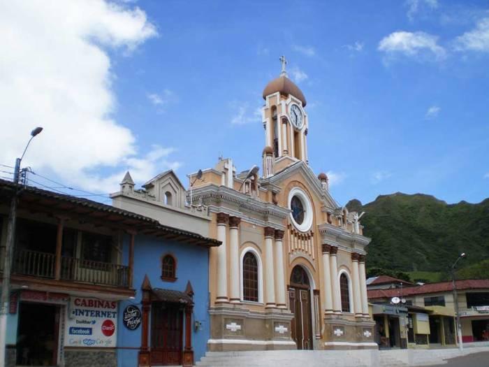 Iglesia en la plaza central del Vilcabamba