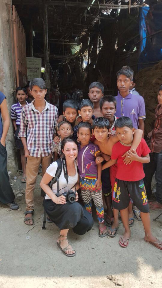 Con un grupo de curiosos niños en las puertas de un taller en calcuta