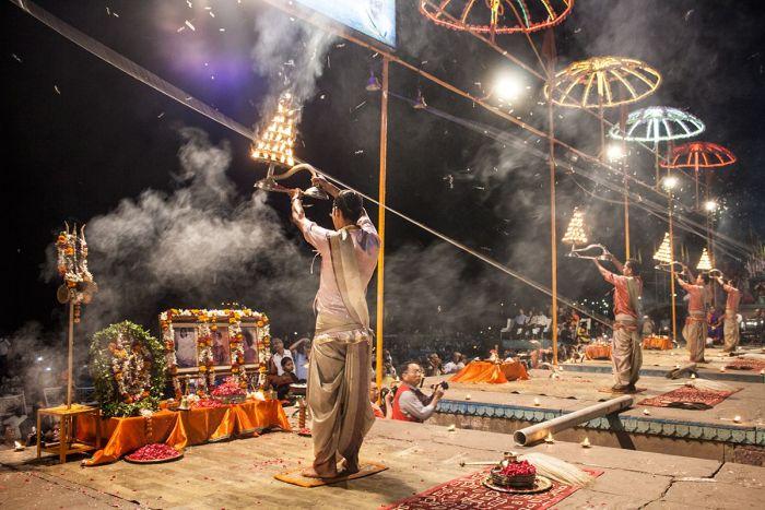 Los brhamanes son quienes realizan la ceremonia en honor a la diosa Ganga