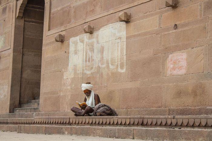Leyendo en uno de los ghats