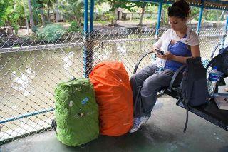 Mi mochila atada a la red del barco con la red de seguridad de Pacsafe y la mochila de Cris al lado