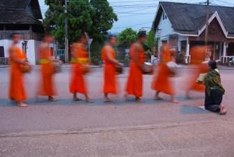 Mönche auf morgendlichem Almosengang