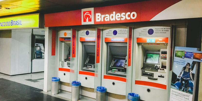 El costo de la extracción de dinero en los cajeros de Brasil