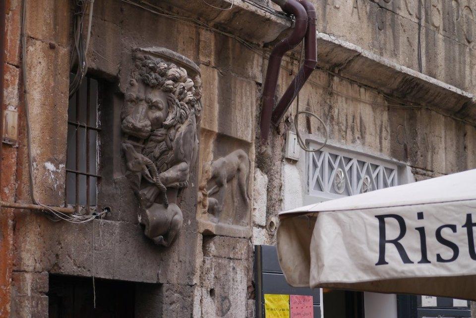 Fassadendetail eines mittelalterlichen Hauses in Rom, das in den Portikus der Ottavia eingebaut worden ist