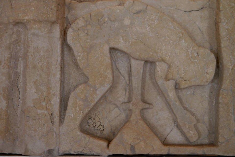 Archaisches Relief mit der Darstellung des Selbstmords des trojanischen Helden Ajax. Er stürzt sich in sein Schwert. Metopen Relief vom Hera Tempel von Paestum