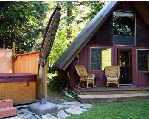 Washington state rental cabin hot tub