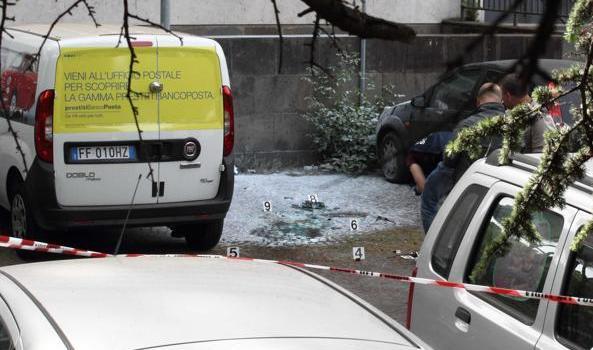 Esplosione a Roma in Marmorata, nei pressi delle Poste, in zona Piramide Ostiense. Non risultano feriti, solo un'auto danneggiata. I rilievi della polizia scientifica sono terminati poco dopo le 14. […]