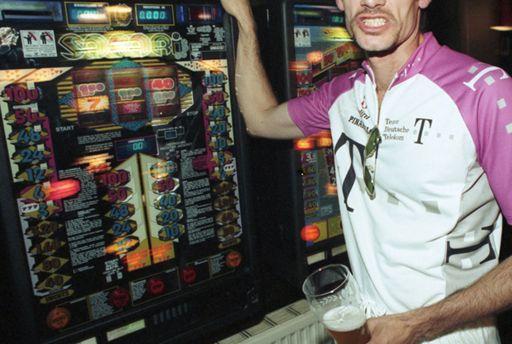 Stoffliche und nichtstoffliche Suechte. Spielsuechtiger Biertrinker in ein Gastwirtschaft in Muenchen im Oktober 1997