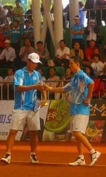2007世界選手権決勝風景。選手は準優勝のイウオンハク・アンドンイル(韓国)。イは広島大会に続く2大会連続の準優勝。決勝の相手はキムジュボク・キムヒースー。韓国がベスト4に3組。これは2003年大会につづく2大会連続の上位独占。