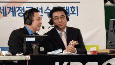 2012世界選手権でKBSテレビで解説をつとめるチュ男子監督(右)